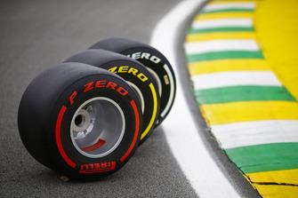 Dettaglio del circuito con tre pneumatici Pirelli