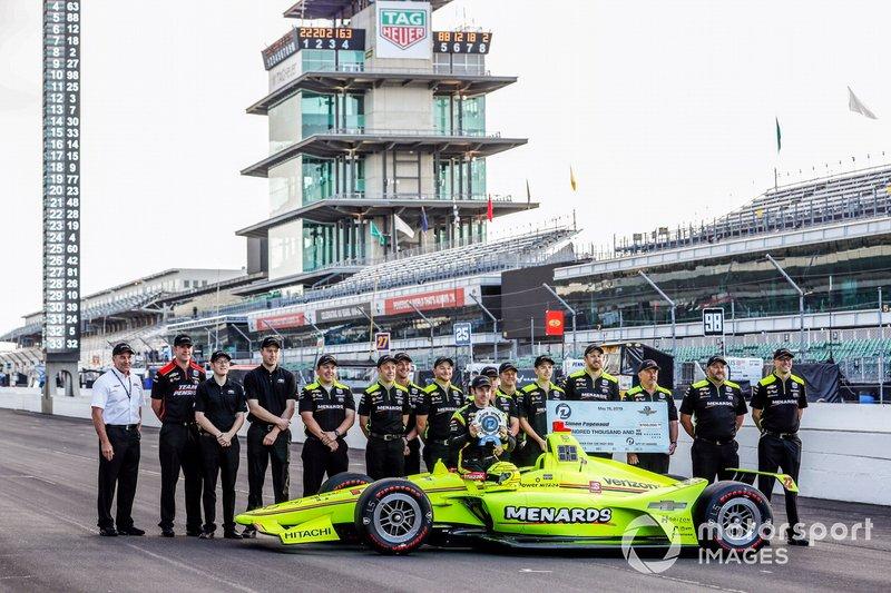 Premio NTT P1 y ganador de la pole Simon Pagenaud, el equipo Penske Chevrolet posa con su equipo para las fotos de primera fila.