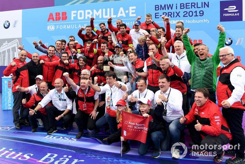 Lucas Di Grassi, Audi Sport ABT Schaeffler, celebra con el equipo incluyendo a Dieter Gass, Director de Audi Motorsports, Allan McNish, Team Principal, Audi Sport Abt Schaeffler