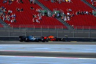 Lewis Hamilton, Mercedes AMG F1 W10 met Max Verstappen, Red Bull Racing RB15