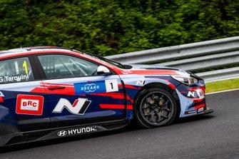 Gabriele Tarquini, BRC Hyundai N Squadra Corse Hyundai i30 N TCR, con uno pneumatico a terra