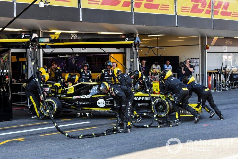 El coche dañado de Daniel Ricciardo, Renault R.S.19 se retira de la carrera
