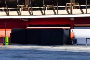 Garaje con pantallas