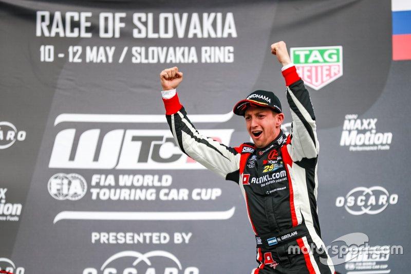 Podio: Ganador de la carrera Néstor Girolami, ALL-INKL.COM Münnich Motorsport Honda Civic Type R TCR