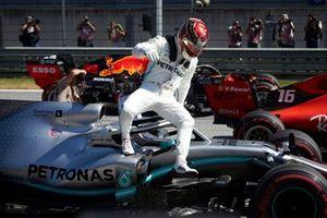 Lewis Hamilton, Mercedes AMG F1 W10, arrivant sur la grille après s'être qualifié en première ligne