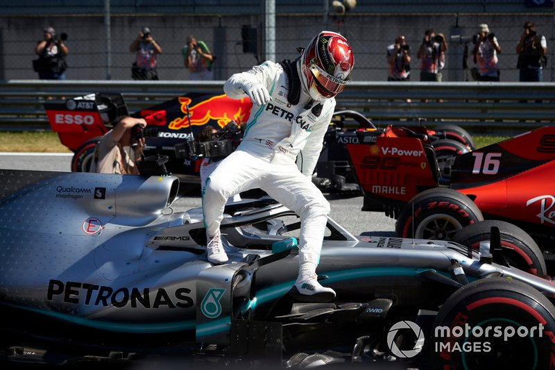 Lewis Hamilton, Mercedes AMG F1 W10, arriva in griglia di partenza dopo essersi qualificato in prima fila