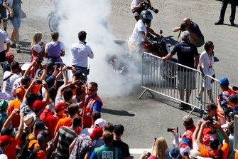 Lewis Hamilton, Mercedes AMG F1, faisant un burnout avec sa moto devant des fans