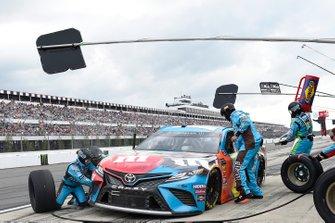 Kyle Busch, Joe Gibbs Racing, Toyota Camry M&M's Hazelnut, pit stop
