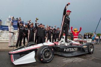 Josef Newgarden, Team Penske Chevrolet, celebra la victoria con su equipo