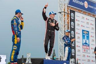 Josef Newgarden, Equipo Penske Chevrolet celebra victoria en plataforma de la victoria