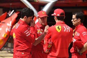 Charles Leclerc, Ferrari habla con Jock Clear, Ferrari en el pit lane