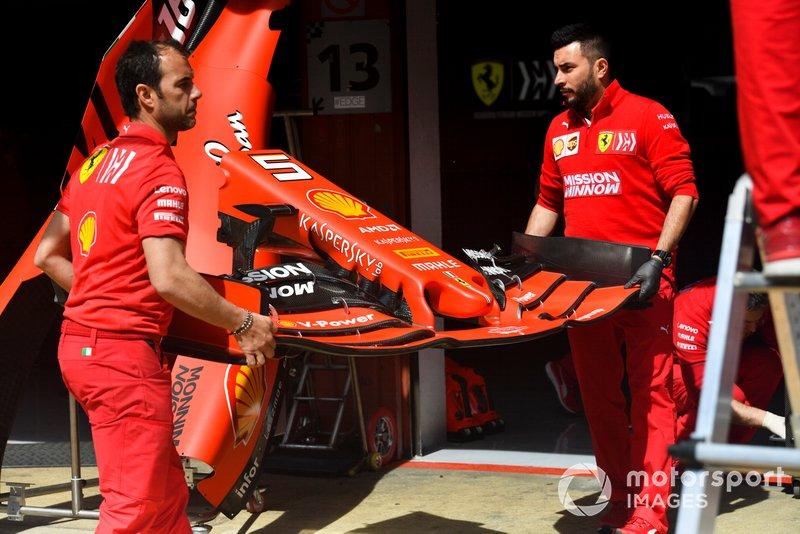Ferrari SF90 ala anteriore portata dai meccanici della Ferrari