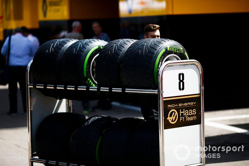 Neumáticos Pirelli empujados en el paddock por un mecánico de Haas