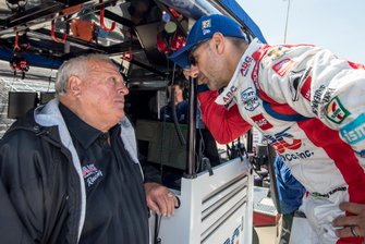 Tony Kanaan, A.J. Foyt Enterprises Chevrolet talks to A.J. Foyt