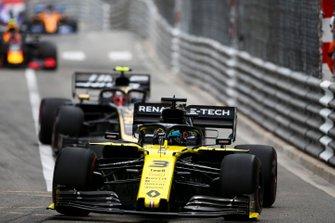 Daniel Ricciardo, Renault R.S.19 and Kevin Magnussen, Haas F1 Team VF-19
