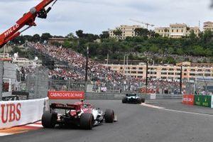 Robert Kubica, Williams FW42, leads Antonio Giovinazzi, Alfa Romeo Racing C38