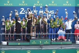 Подиум в категории LMP1: #7 Toyota Gazoo Racing Toyota TS050: Майк Конвей, Хосе Мария Лопес, Камуи Кобаяши (второе место), #8 Toyota Gazoo Racing Toyota TS050: Себастьен Буэми, Казуки Накаджима, Фернандо Алонсо (победа), #11 SMP Racing BR Engineering BR1: Михаил Алешин, Виталий Петров и Стоффель Вандорн (третье место)