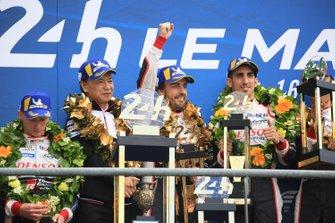 Les vainqueurs #8 Toyota Gazoo Racing Toyota TS050: Sébastien Buemi, Fernando Alonso
