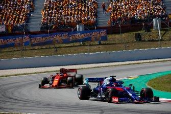 Daniil Kvyat, Toro Rosso STR14, devant Sebastian Vettel, Ferrari SF90
