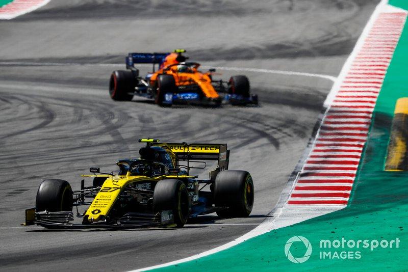 Nico Hulkenberg, Renault R.S. 19, leads Lando Norris, McLaren MCL34