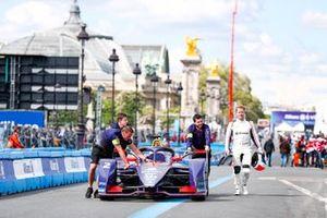 Sam Bird, Envision Virgin Racing, Audi e-tron FE05 walks along side his csar