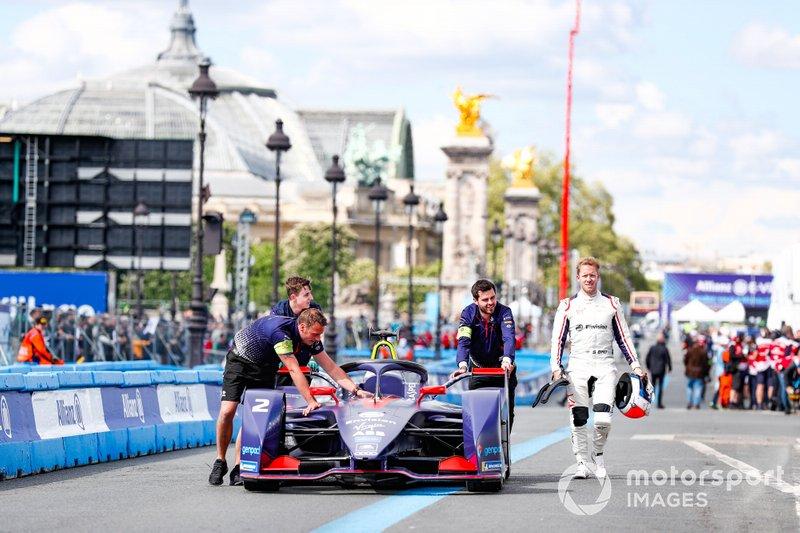 Sam Bird, Envision Virgin Racing, Audi e-tron FE05, cammina accanto alla sua monoposto