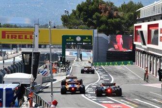 Pierre Gasly, Red Bull Racing RB15, Carlos Sainz Jr., McLaren MCL34, Lando Norris, McLaren MCL34, en Max Verstappen, Red Bull Racing RB15, verlaten de pits tijdens de kwalificatie