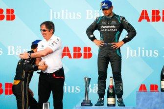 Mark Preston, Team Principal, DS TECHEETAH congratulates race winner Jean-Eric Vergne, DS TECHEETAH on the podium