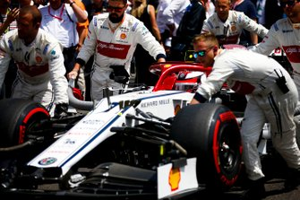Kimi Raikkonen, Alfa Romeo Racing C38, arriva sulla griglia