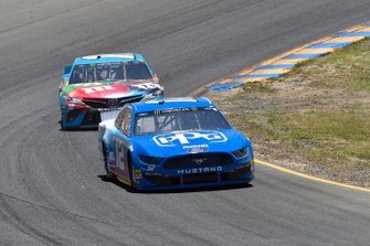 Ryan Blaney, Team Penske, Ford Mustang PPG and Kyle Busch, Joe Gibbs Racing, Toyota Camry M&M's Hazelnut