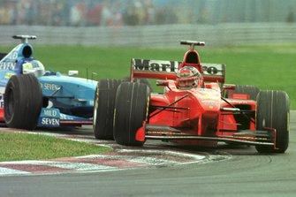 Michael Schumacher, Ferrari F300 y Giancarlo Fisichella, Benetton B198