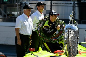Simon Pagenaud, Team Penske Chevrolet, Tim Cindric e Roger Penske con il trofeo Borg-Warner