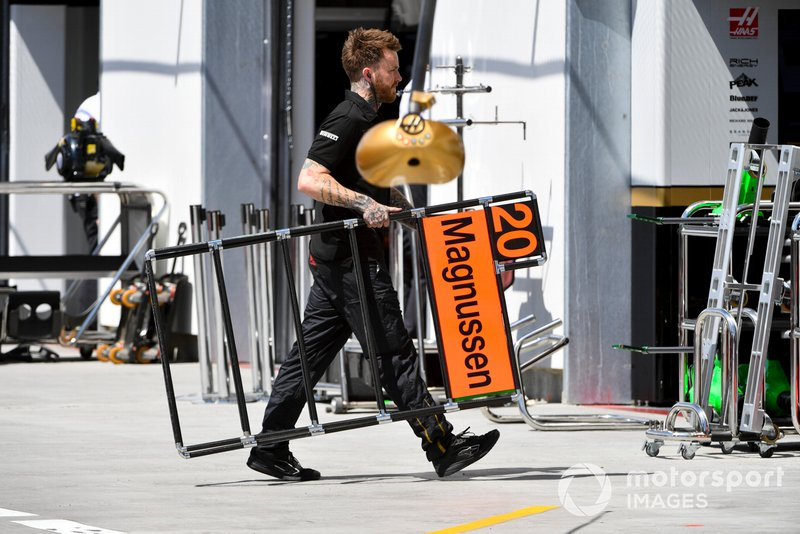 A Haas mechanic brings in the pit board of Kevin Magnussen, Haas F1