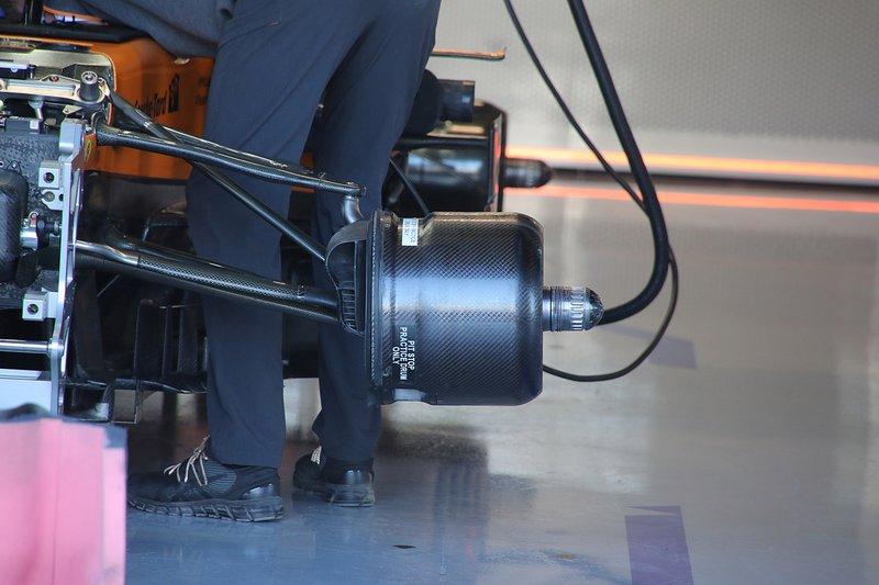 McLaren MCL34, dettaglio del cestello del freno anteriore