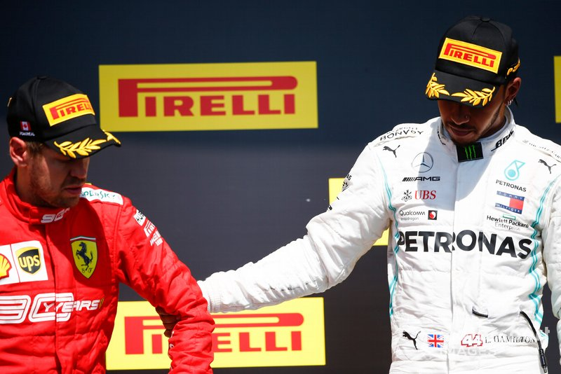 Sebastian Vettel, Ferrari, 2° classificato, e Lewis Hamilton, Mercedes AMG F1, 1° classificato, sul podio