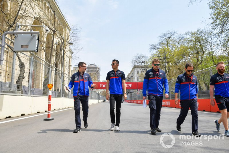 Alexander Albon, Toro Rosso walks the track with his engineers