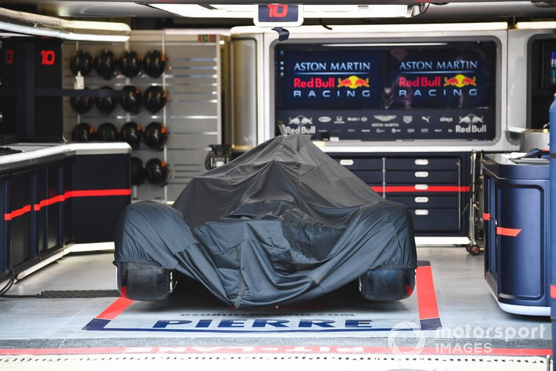 La voiture de Pierre Gasly, Red Bull Racing RB15 dans le garage