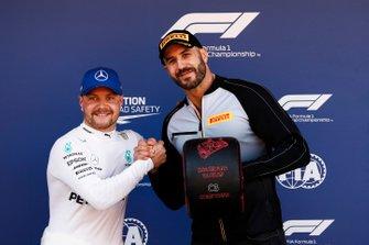 Pole Sitter Valtteri Bottas, Mercedes AMG F1 receives the Pirelli Pole Position Award from WWE Wrestler Claudio