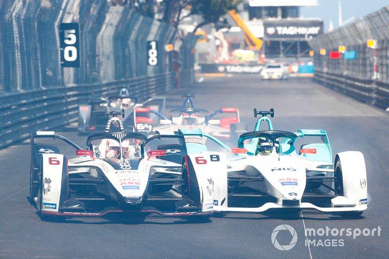 Through smoke, Maximillian Gunther, GEOX Dragon Racing, Penske EV-3, Tom Dillmann, NIO Formula E Team, NIO Sport 004 go side by side
