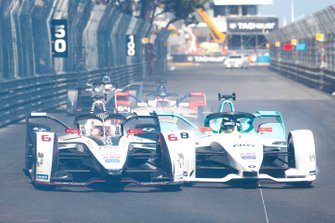 Through smoke, Maximillian Gunther, GEOX Dragon Racing, Penske EV-3, Tom Dillmann, NIO Formula E Team, NIO Sport 004 go side by side