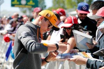 Lando Norris, McLaren signs a autograph for a fan