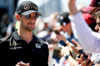 Romain Grosjean, Haas F1 firma un autógrafo para un fan