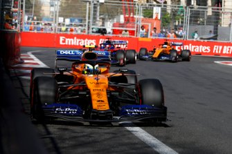 Lando Norris, McLaren MCL34, devant Daniil Kvyat, Toro Rosso STR14, et Carlos Sainz Jr., McLaren MCL34