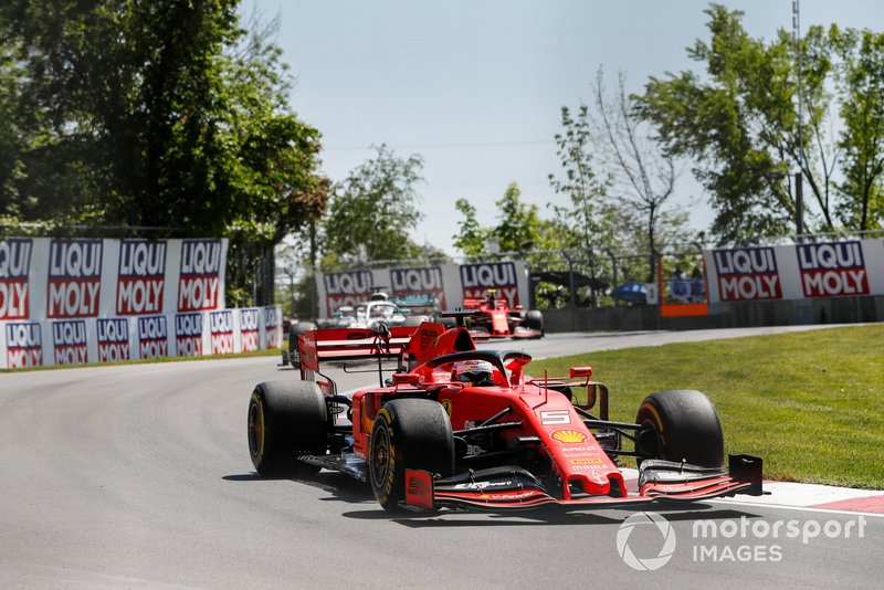 Sebastian Vettel, Ferrari SF90 davanti a Lewis Hamilton, Mercedes AMG F1 W10 e Charles Leclerc, Ferrari SF90 all'inizio della gara