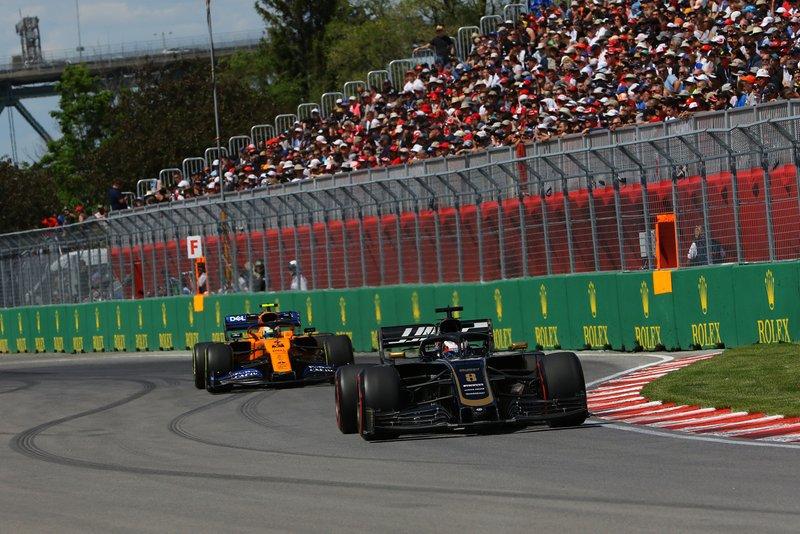 Romain Grosjean, Haas VF-19, precede Lando Norris, McLaren MCL34