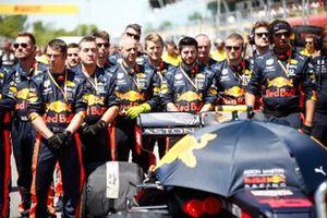 Red Bull Mechanics en la parrilla durante el himno nacional
