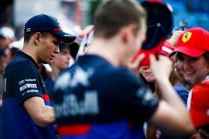 Alexander Albon, Toro Rosso et Daniil Kvyat, Toro Rosso signent un autographe pour un fan