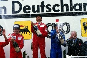 Podio: segundo lugar Alain Prost, McLaren; ganador de la carrera Michele Alboreto, Ferrari y tercer lugar Jacques Laffite, Ligier