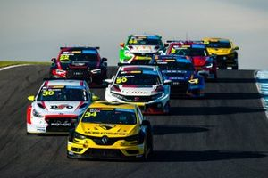 James Moffat, Garry Rogers Motorsport Renault Megane R.S leads at the start of the race