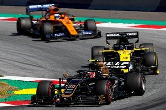 Kevin Magnussen, Haas F1 Team VF-19, devant Daniel Ricciardo, Renault F1 Team R.S.19, et Carlos Sainz Jr., McLaren MCL34